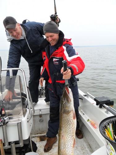 vägning, mätning och fotosession i fiskereportaget nötande ger resultat i fisketidning
