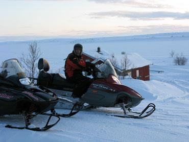 färd på snöskotrarna i fiskereportaget röde baron i iesjavri på fisketidning