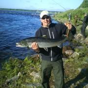 en lax på 9,4 kg i fiskereportaget kusinträff med fiskelycka på fisketidningen fiskemagasinet.se