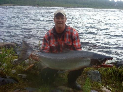 ett lyckat laxfiske med en lax på 18,4 kg i fisketidningen