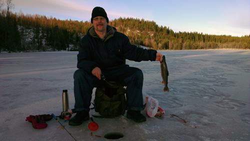 stolt rödingsfiskare i pimpelfiske efter röding del II i fisketidning