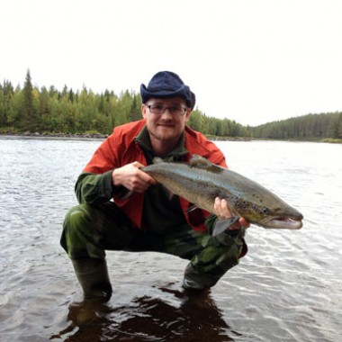 joel jonsson med lax från sitt semesterfiske i fisketidningen, fiskemagasinet.se