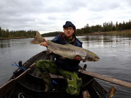 joel jonsson med en lax i fiskesemester i fisketidningen fiskemagasinet.se