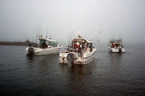 Trollingbåtar i lätt morgondimma av Sten-Gunnar Steénson.