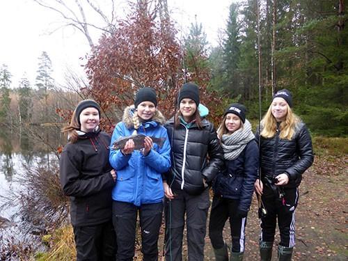 Flugfiskekursdeltagare för flickorna i 9:e klass på Norrevångskolan höstens 2014