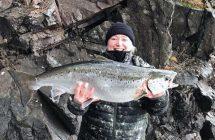 Carina Johansson med en 6 kilos Vätternlax tagen från land.