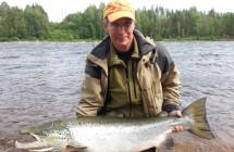 Jan Johansson med en lax på 18 kg som han tog på tubfluga i Kalixälv.