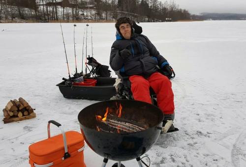kjelle på isfiskepremiär efter gädda på fiskemagasinet.se
